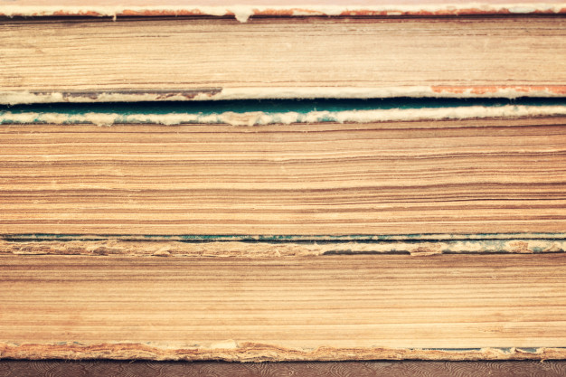 primer-plano-pila-libros-antiguos-epoca_72482-191
