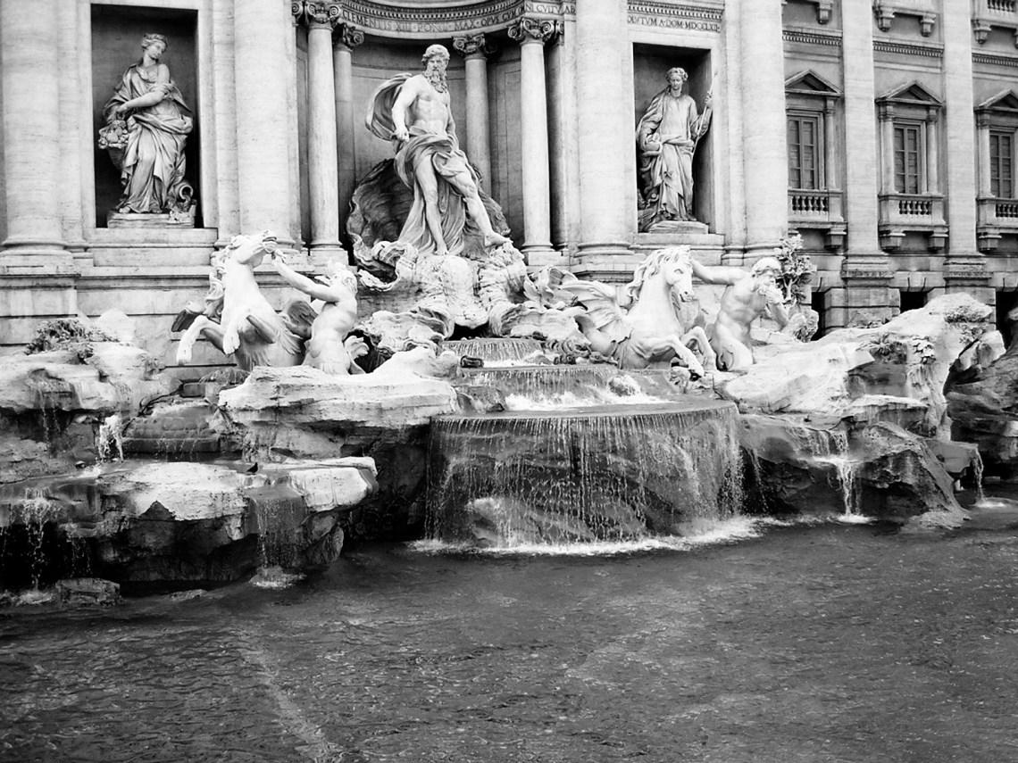 La_dolce_vita_-_Fontana_di_Trevi_2004_-_panoramio